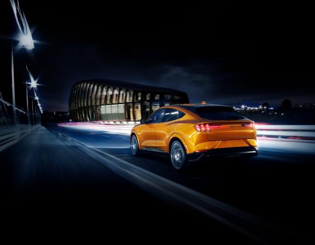 La Mustang Mach-E GT 100% électrique à l'assaut de l'Europe : tout simplement la meilleure accélération de sa catégorie  2020-FORD-MACH-E-GT-CYBER-ORANGE-02