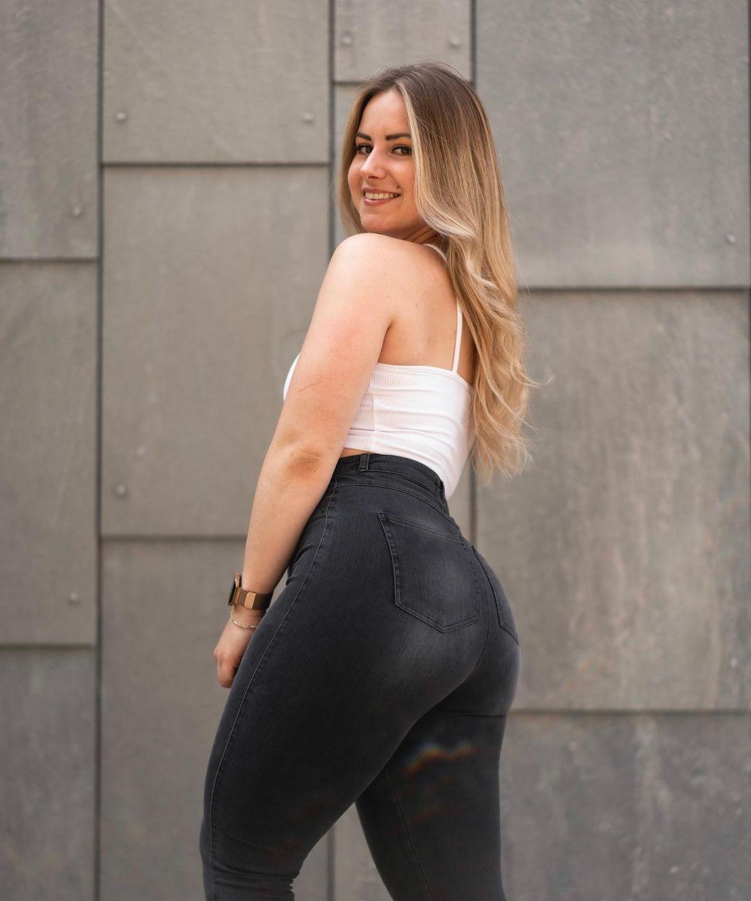 Laura-Vanbaelen-Wallpapers-Insta-Fit-Bio-16