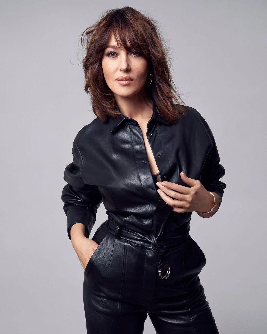 Monica Bellucci, i pantaloni in pelle glam e rock