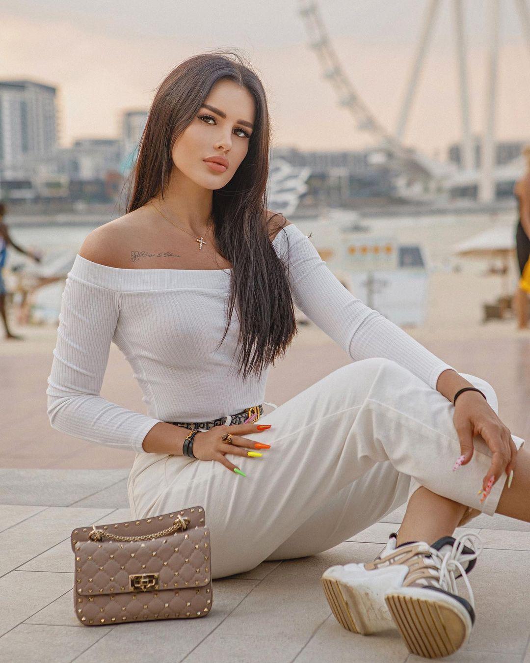 Karina-Arakelyan-Wallpapers-Insta-Fit-Bio-5