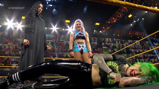 Candice LeRae e Indi Hartwell atacan a Shotzi Blackheart y a Toni Storm