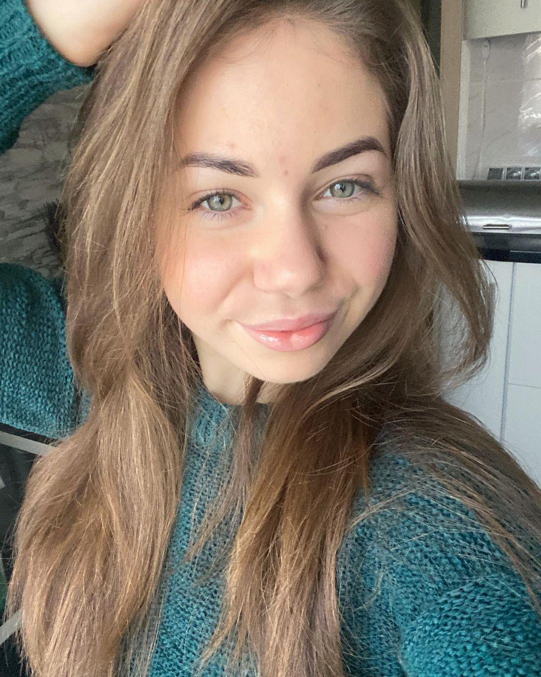 Cathy-Bulgakova-Wallpapers-Insta-Fit-Bio-5