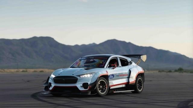 Ford Performance et RTR dévoilent un prototype 100% électrique, la Mustang Mach-E 1400, pour un nouvel art du drift 1596469007055