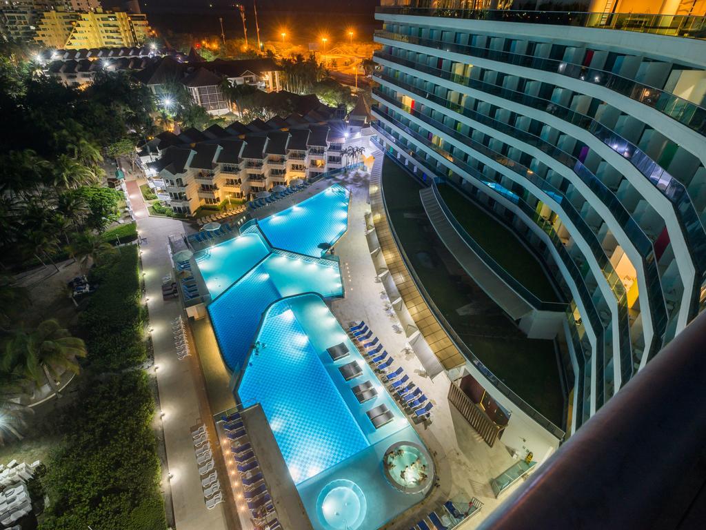 hotel-las-americas-torre-del-mar-piscina