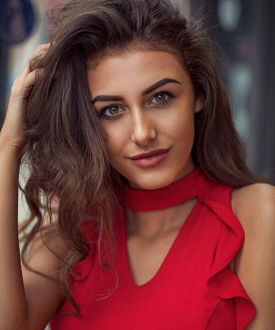 Chloe-Veitch-Wallpapers-Insta-Fit-Bio-4