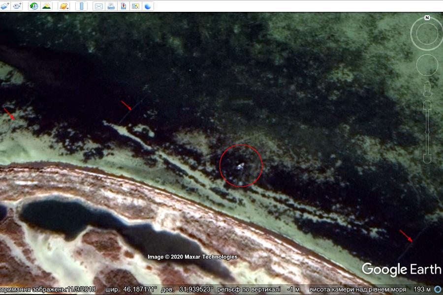 Рис. 3. Тендрівська затока; стрілками позначені встановлені рибальські сітки, у центрі червоного кола — човен з якого браконьєри вибирають чи встановлюють сітку