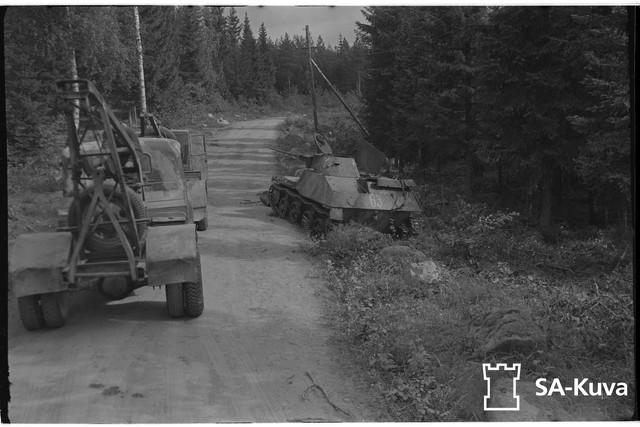 Ilomantsin-Kuolismaan-tien-varressa-tuhottuja-vihollisen-keveit-panssarivaunuja