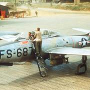 https://i.ibb.co/FDNBWbg/F-84-E-9th-FBS-before-mission-in-Korea-c1952.jpg