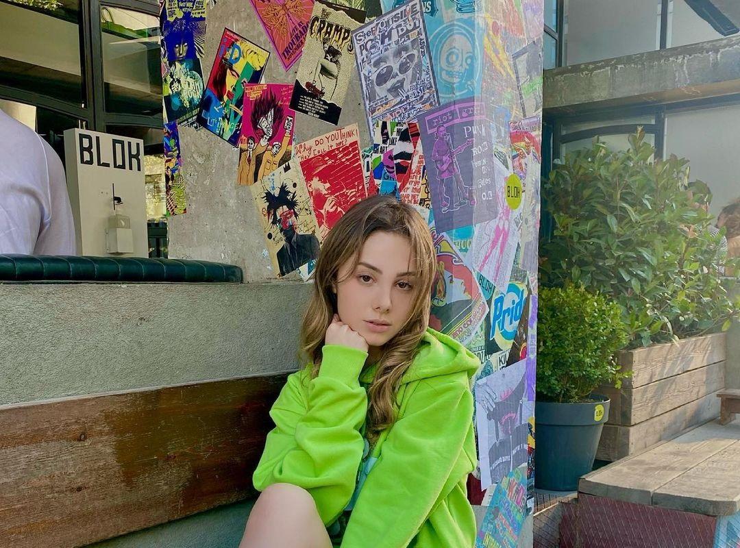 Zeynep-Surmeli-Wallpapers-Insta-Fit-Bio-11