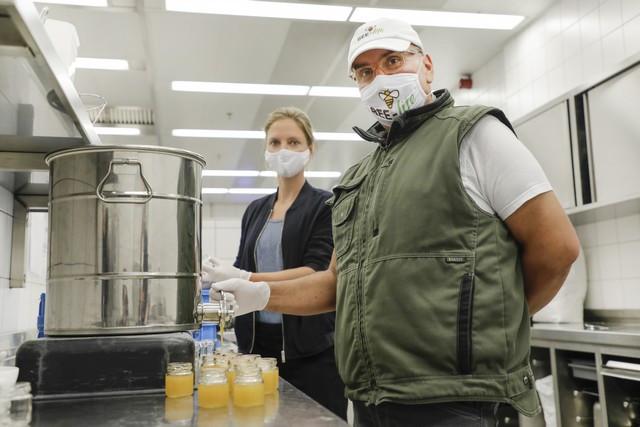 Porsche récolte le premier miel à Zuffenhausen S20-3208-fine