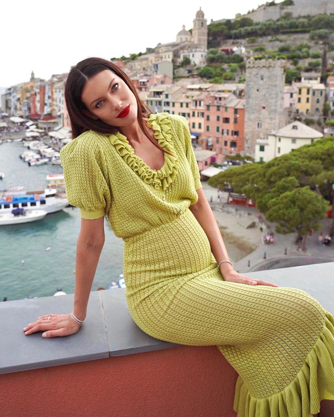 Paola Turani compie 34 anni, i look più belli in gravidanza