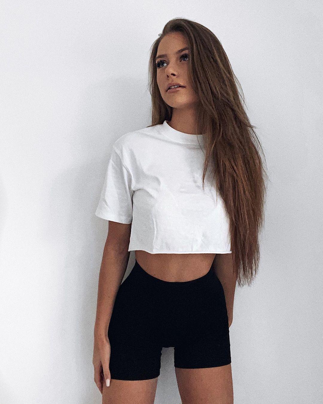 Emilia-Bte-Wallpapers-Insta-Fit-Bio-5
