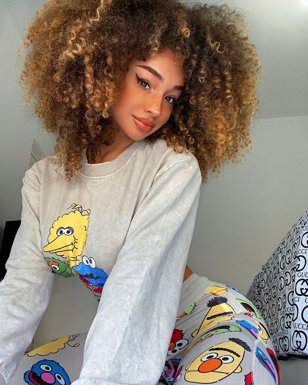 Dana-Curly-Wallpapers-Insta-Fit-Bio-1