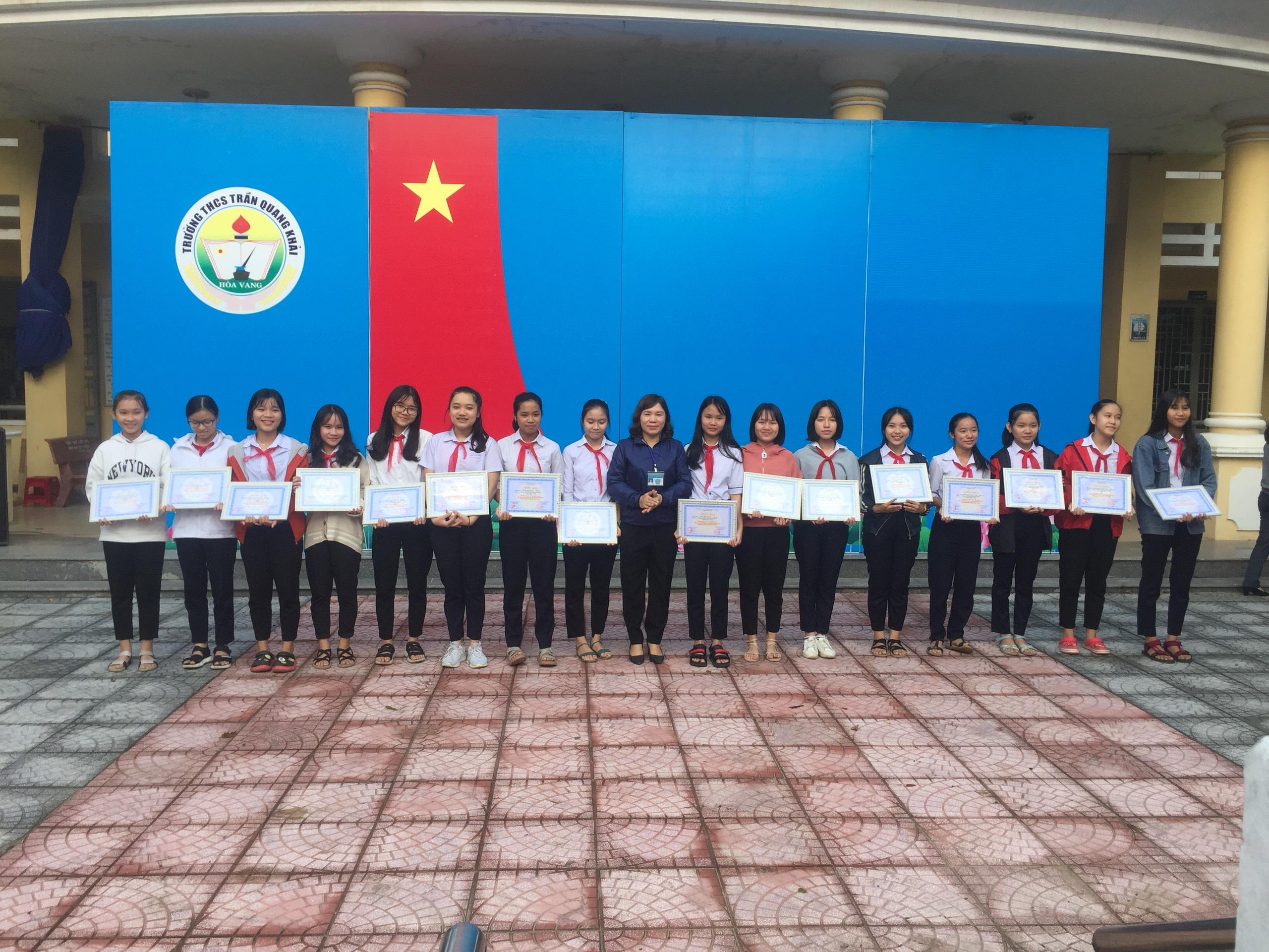 Nhà trường thưởng nóng cho Học sinh đạt giải các môn TDTT và hát dân ca các cấp