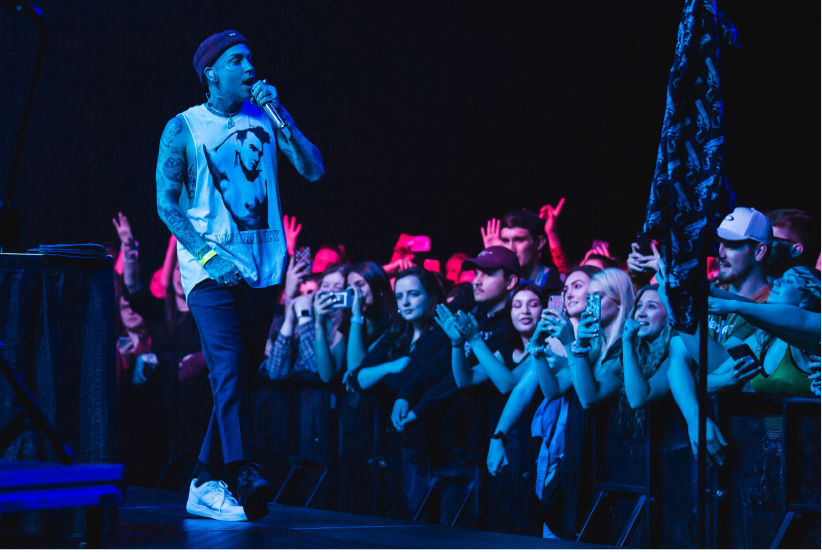 Musician Blackbear performing for a crowd in the Fieldhouse