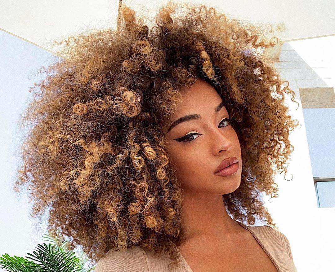 Dana-Curly-Wallpapers-Insta-Fit-Bio-3