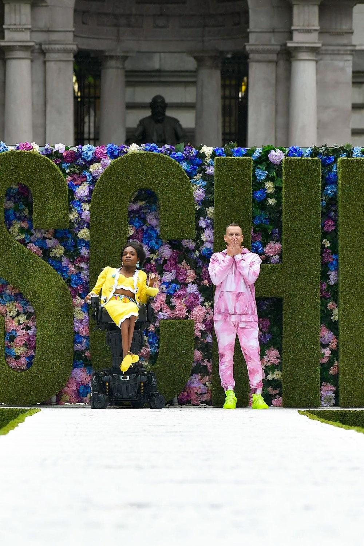 Gigi Hadid, Irina Shayk e Aaron Rose Philip sfilano per Moschino SS22