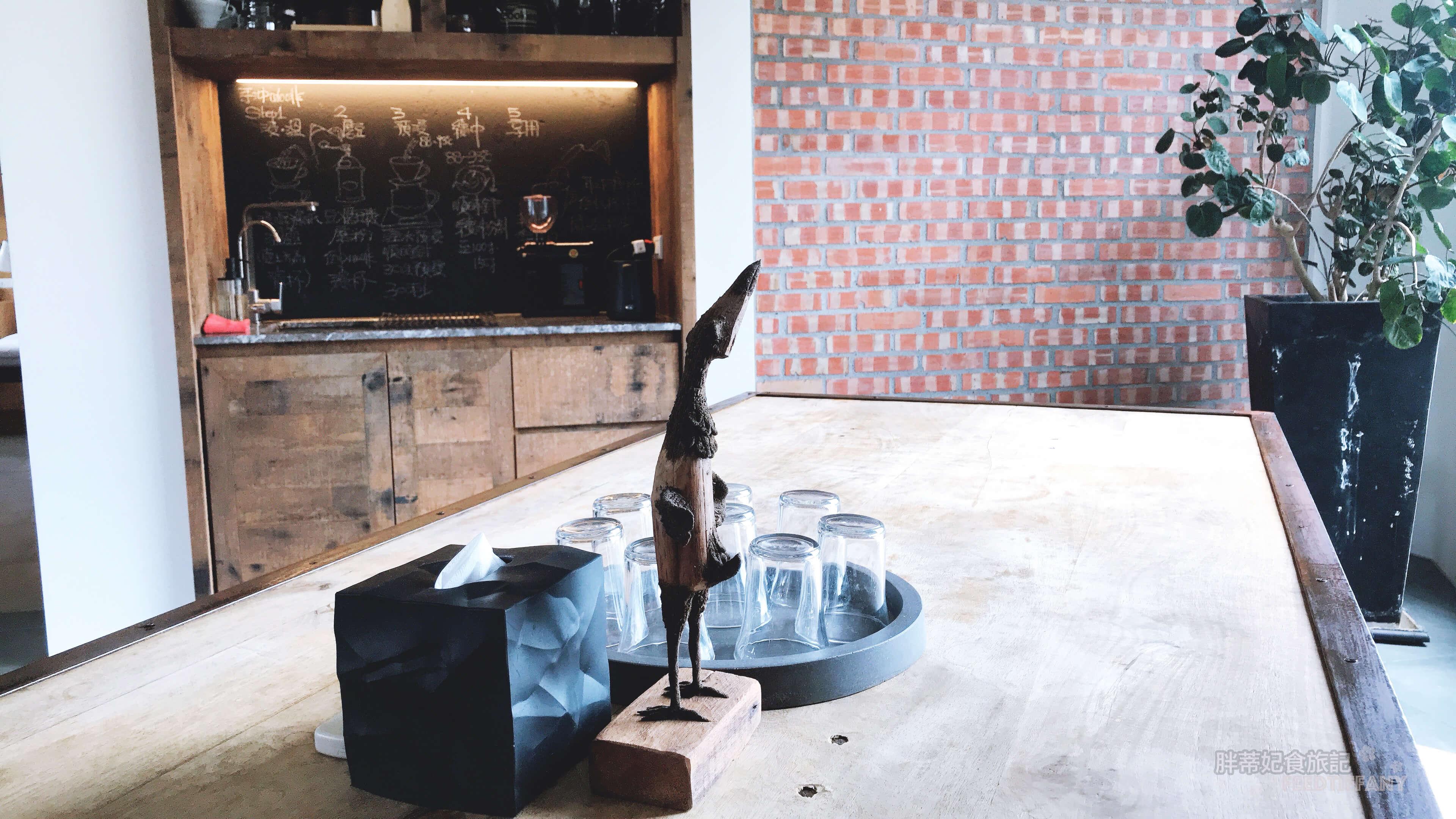 黑宅 2樓公共空間的長桌與咖啡工作檯