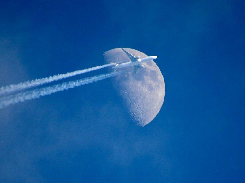 самолет на фоне луны