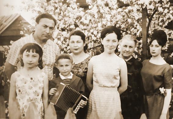 Сергей Минязев с женой, тещей, тремя дочерьми и сыном (1965 год)