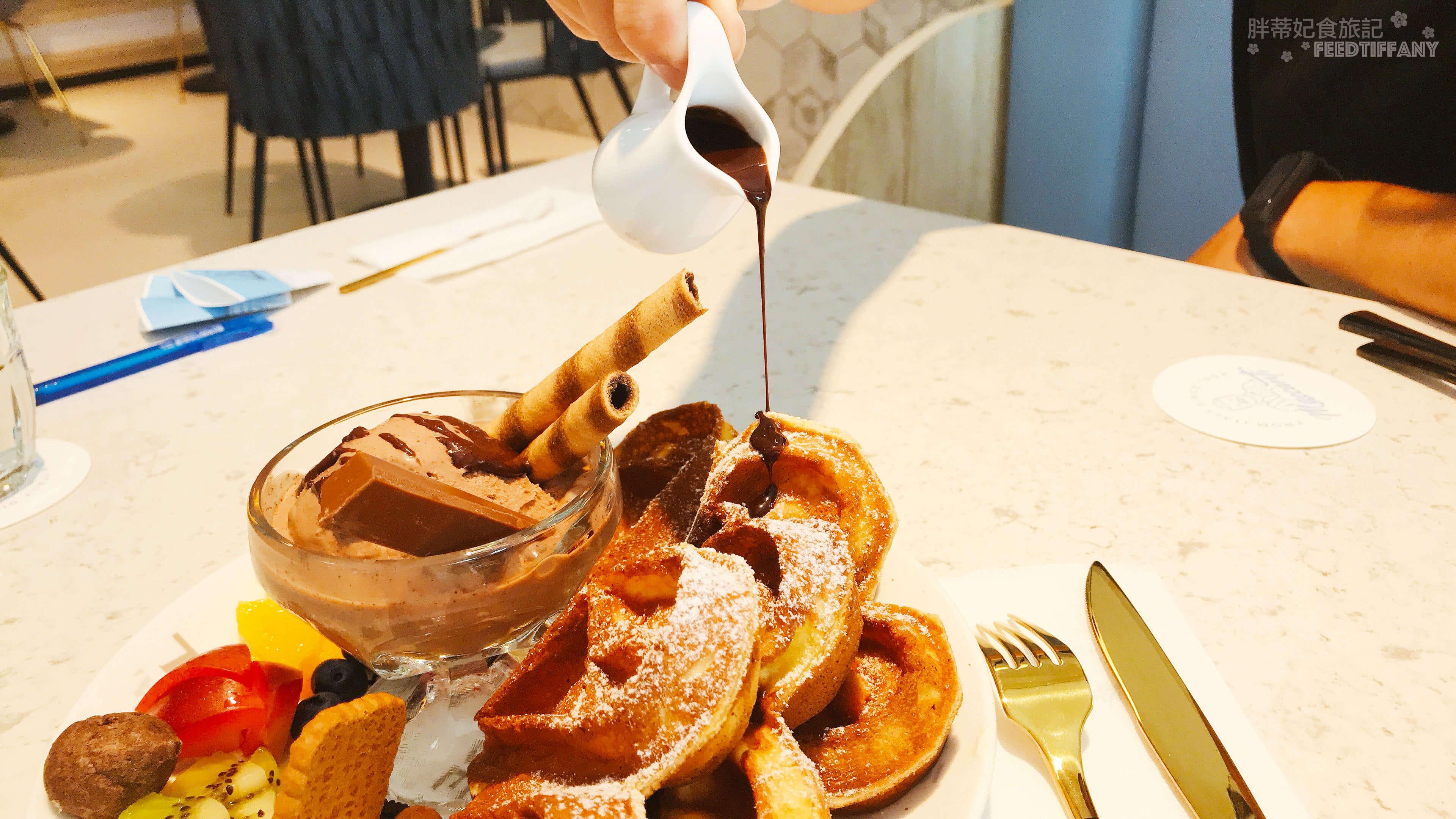 Maccanti馬卡諦義大利冰淇淋 巧克力淋醬淋在鬆餅的畫面