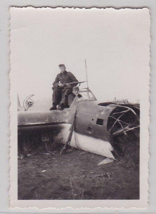 87440-Orig-Foto-2-Soldaten-in-abgeschossenem-Flugzeug