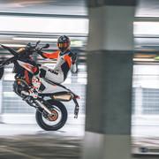 2019-KTM-690-SMC-R-supermoto-04