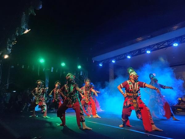Festival-Topeng-Jabar-Tari-Rampak-Topeng