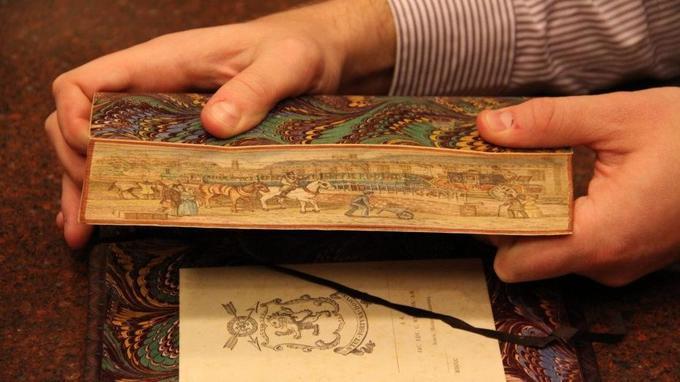Что скрывают картины на обрезах старинных книг?