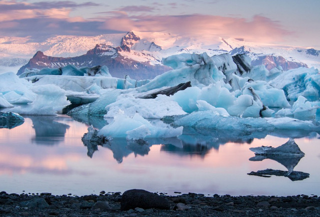 Iceland-Jo-kulsa-rlo-n-Glacier-Lagoon-Ashutterstock-406443997