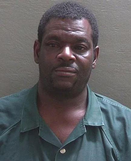 Arrestado por intentar atropellar a su hijo porque se negó a bañarse