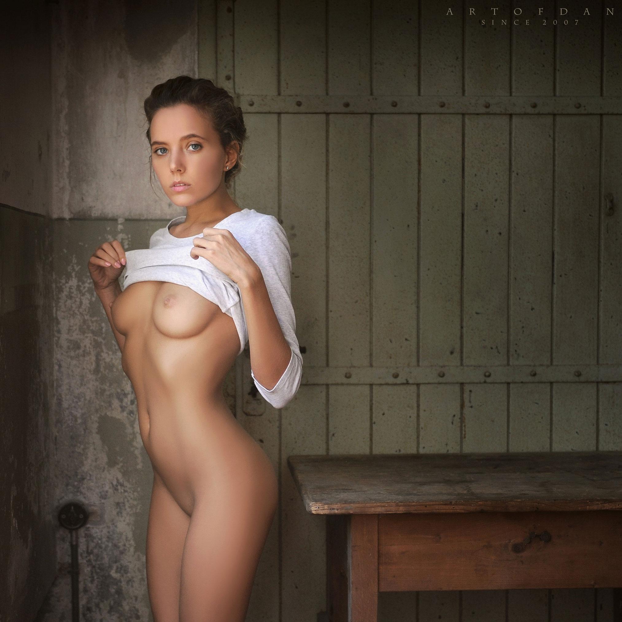 голая Катя в полуразрушенном доме / фото 06