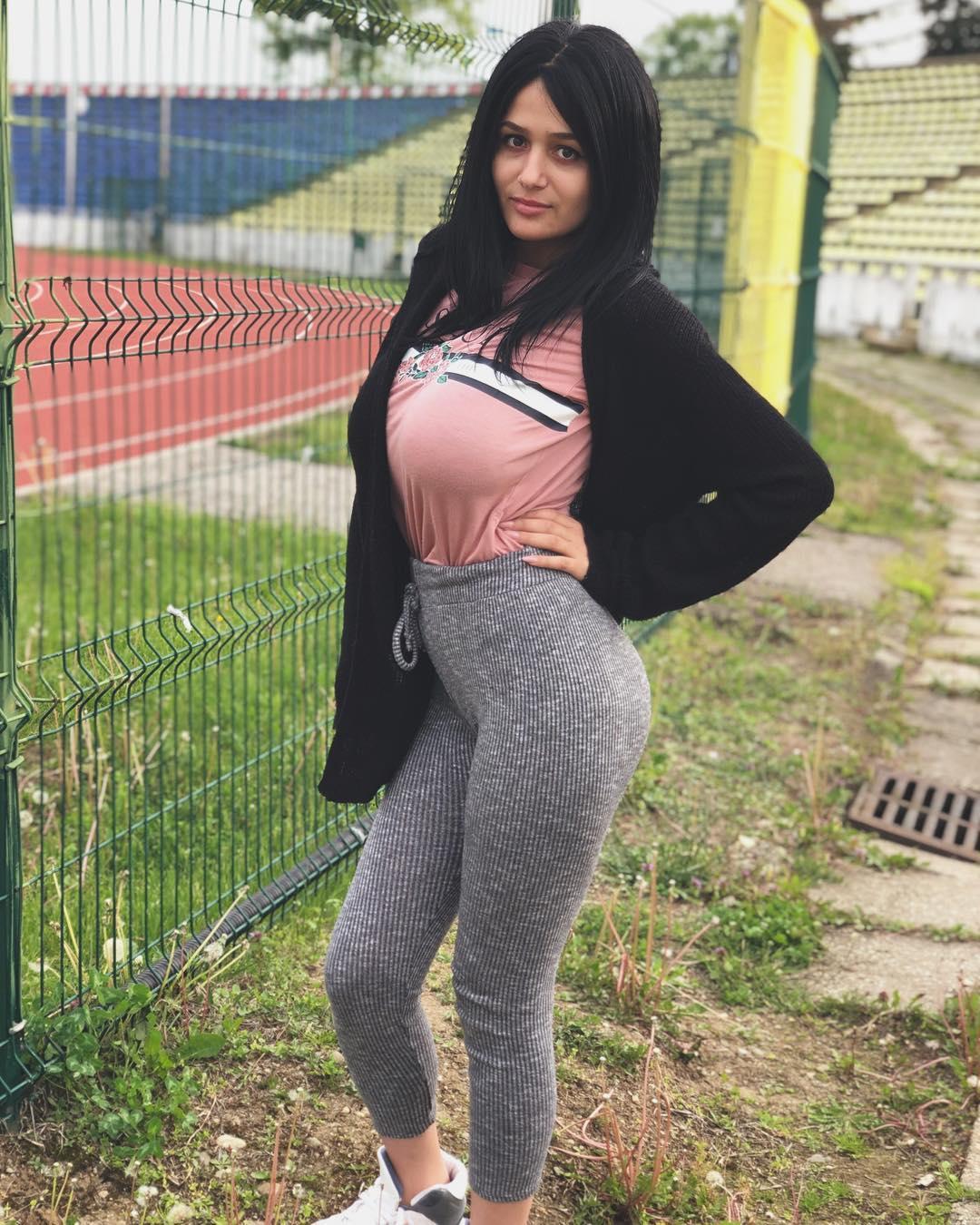 Julia-Tica-Wallpapers-Insta-Fit-Bio-4