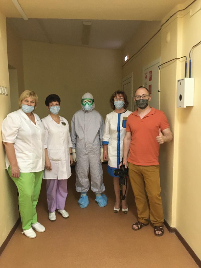 Я (в костюме), мой коллега Юра и специалисты инфекционного отделения по лечению COVID-19