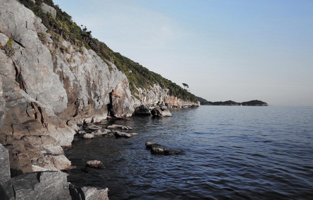 รูปมุมทะเลบนเกาะสีชัง_เกาะที่เงียบสงบสวยงาม