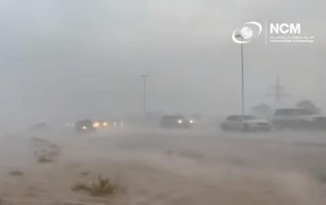 VIDEO: Emirati Arabi Uniti provocano forti piogge artificiali in mezzo a un'ondata di caldo di quasi 50 gradi