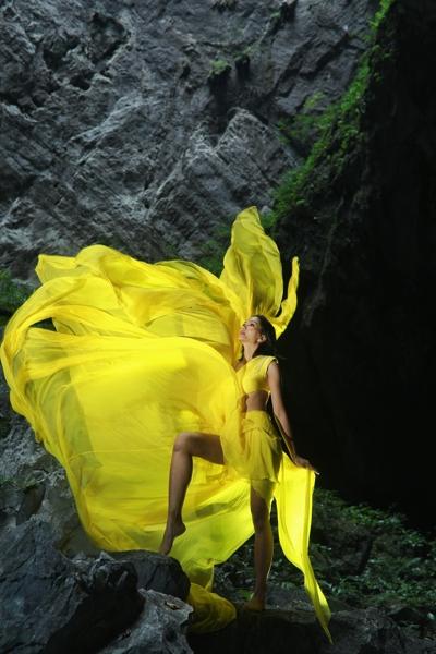 Hoa-hau-HHen-Nie-Dress-by-Le-Thanh-Hoa-1-1600x1200.jpg