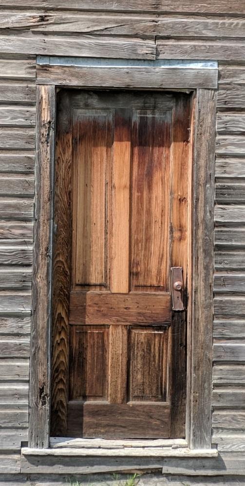 Uma porta de madeira, só isso