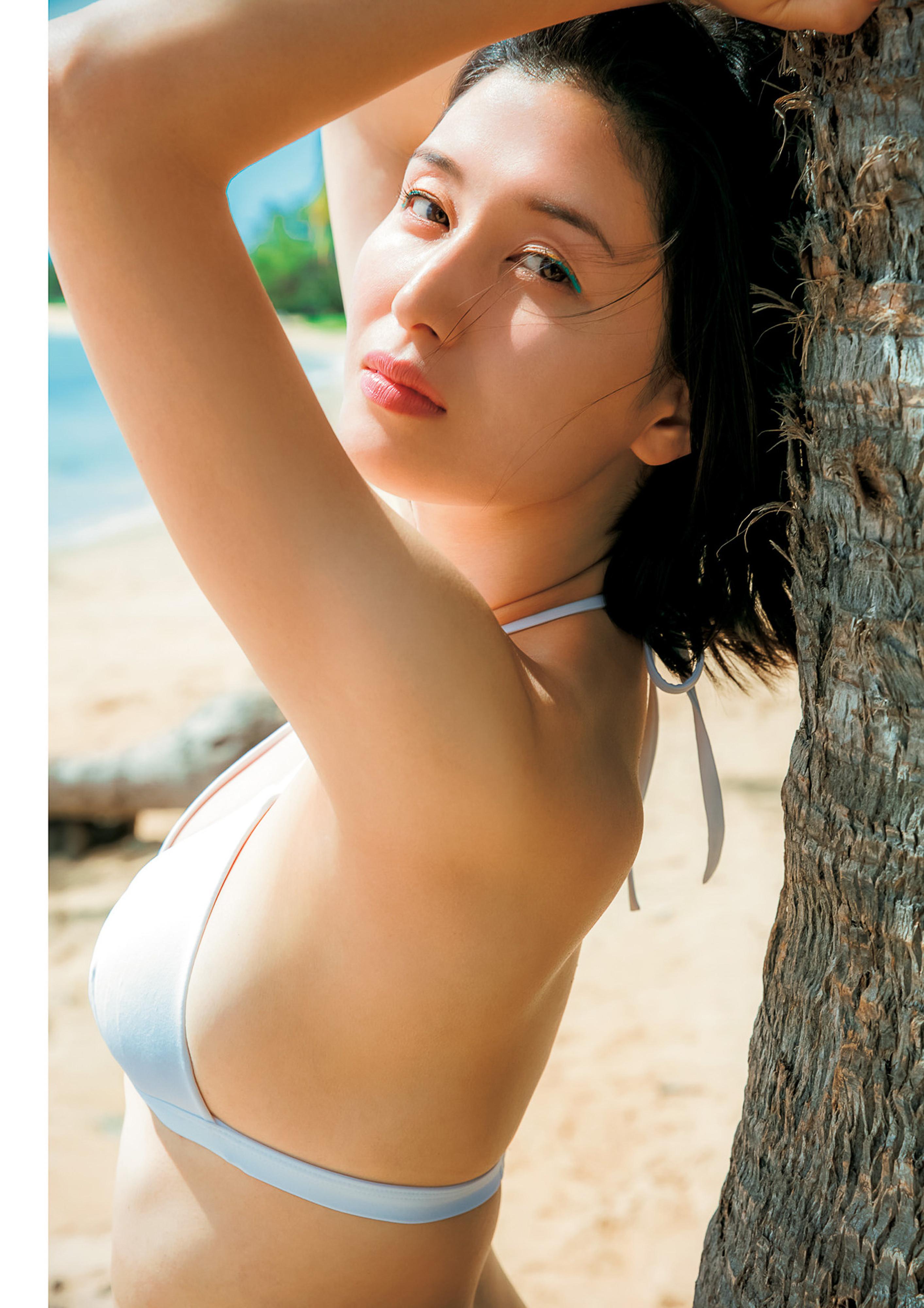 Hashimoto-Manami-db-hugging-in-Hawaii-004