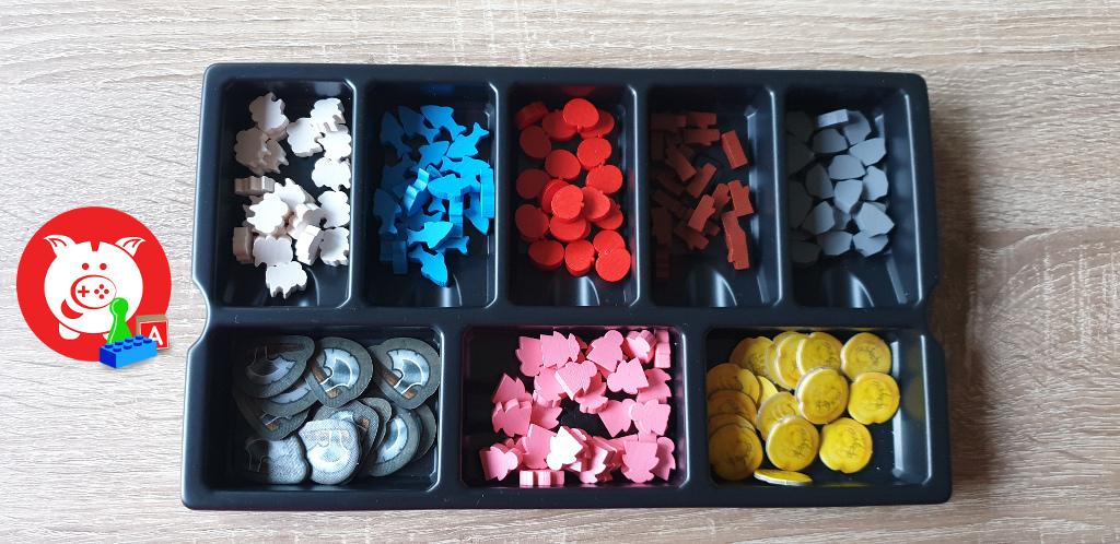 De grondstoffen en overige tokens: schapen, vis, appels, hout, steen, bijlen, werkers en goud.