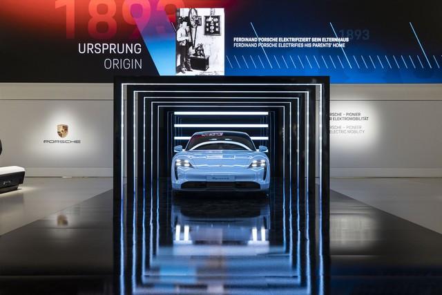 Porsche inaugure l'exposition « Porsche - Pionnier de la mobilité électrique» à Berlin  S20-3098-fine