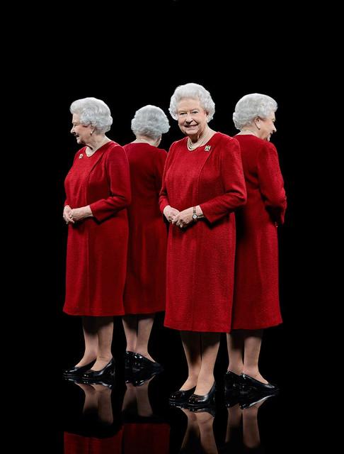 queen-elizabeth-ii-mirrors.jpg