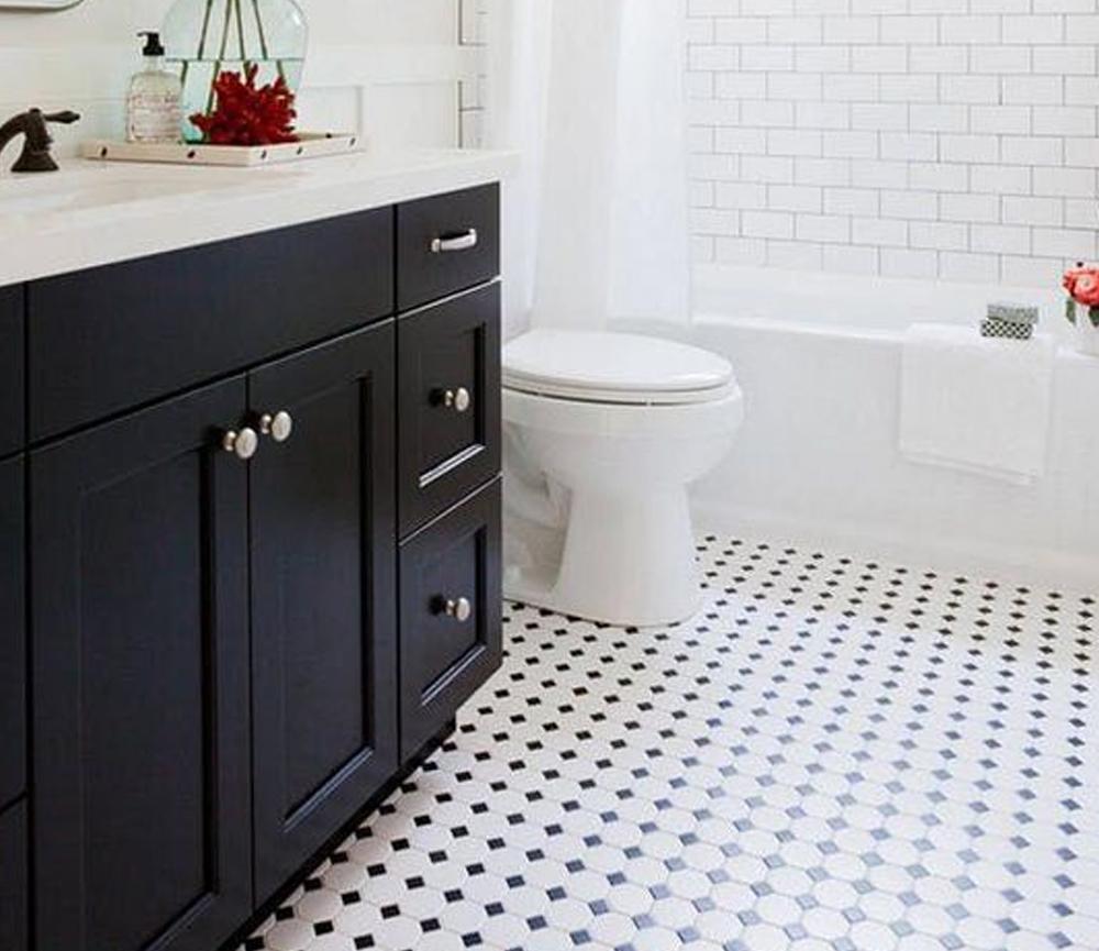 Bathroom Floor Tile Small Squares #BathroomTile Bathroom Floor Tile Ideas Black and White, Bathroom Floor Tile Wood Look #whitetiledbathroom