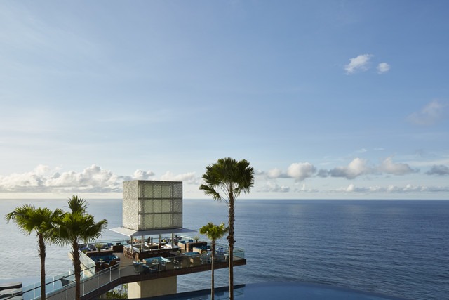 OMNIA-The-Cube-Bar-with-Infinity-Main-Pool-Credit-Martin-Westlake-1-min
