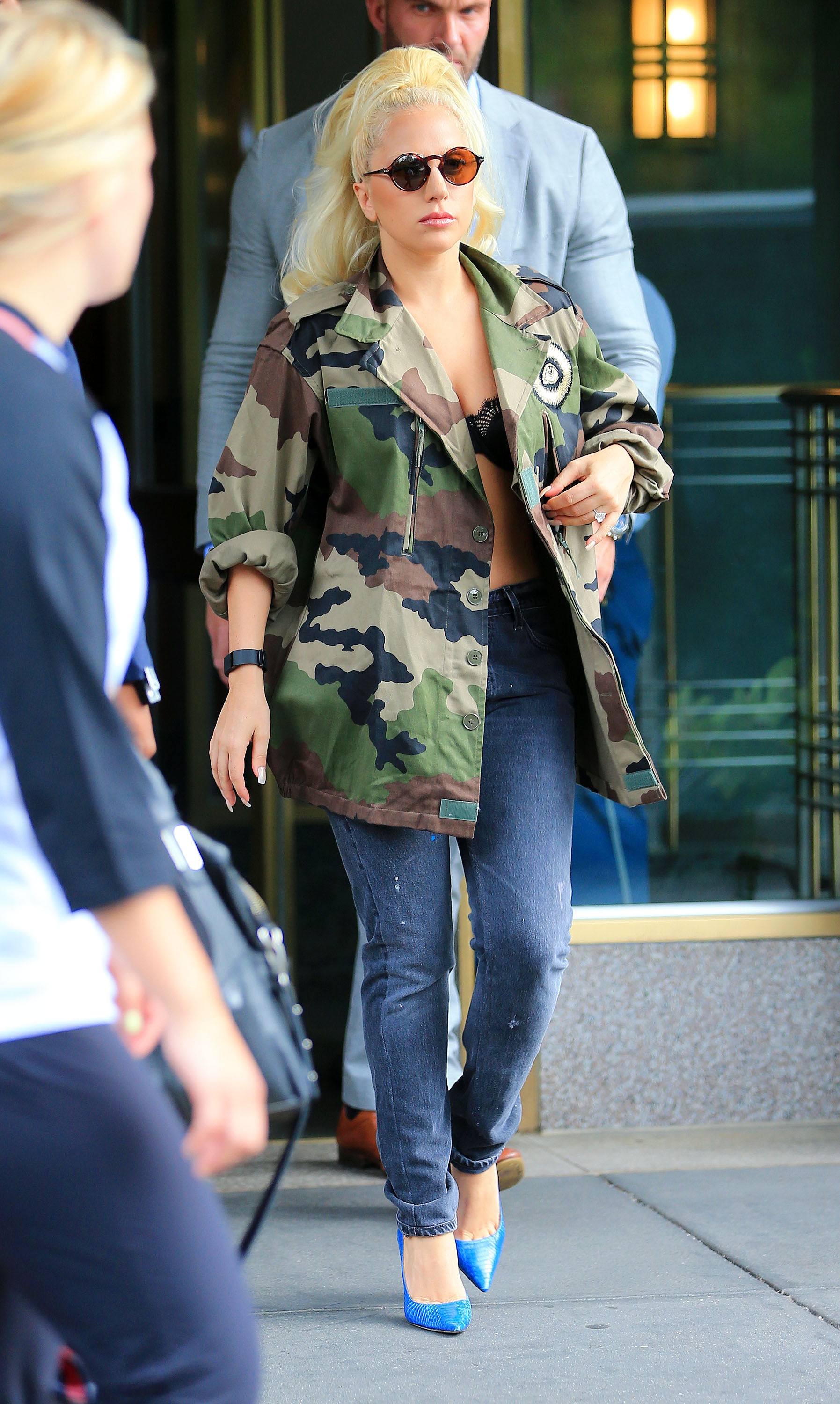 7-26-15-Leaving-her-apartment-in-NYC-004