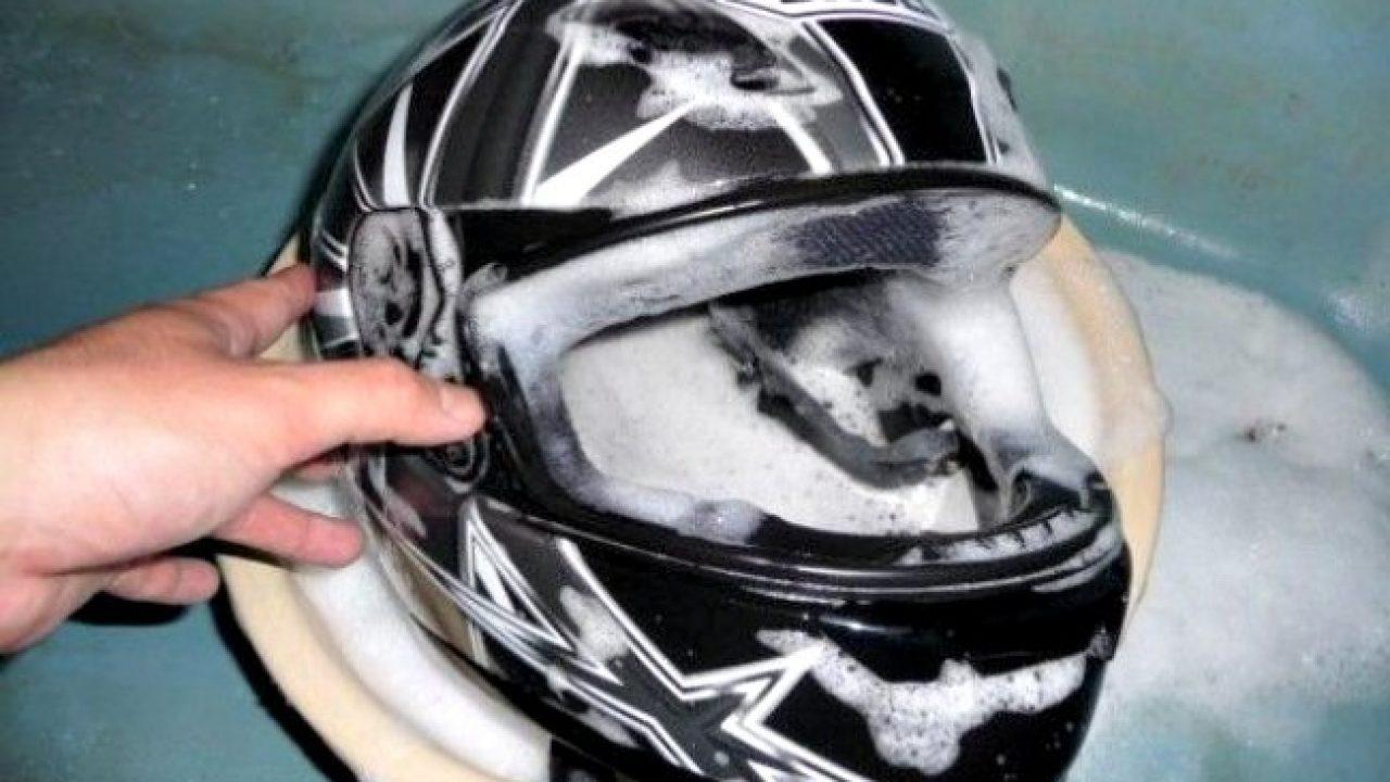 Como-limpiar-el-casco-de-la-moto-1280x720