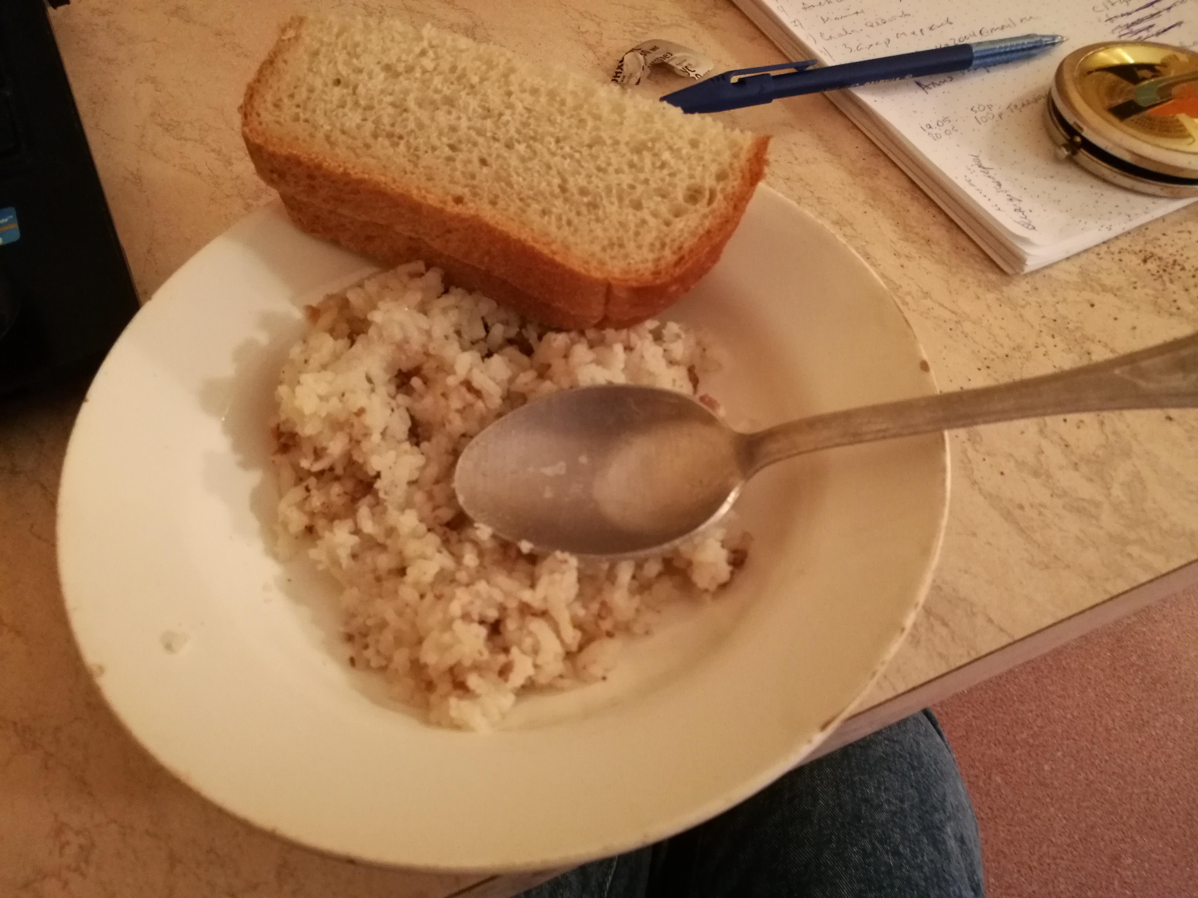 Ужин: рис с мясом, 2 кусочка хлеба, чай