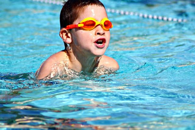 Cara Menjaga Bayi Anda Tetap Hangat Setelah Berenang