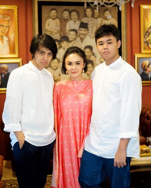 Yuni Shara dan dua putranya, Cavin Obient Salomo Siahaan dan Cello Obient Siahaan