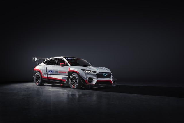 Ford Performance et RTR dévoilent un prototype 100% électrique, la Mustang Mach-E 1400, pour un nouvel art du drift Mach-E-1400-Reveal-Photos-3